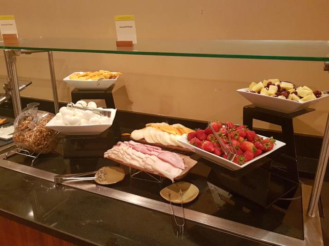 DoubleeTree by HIlton Hotel Orlando at SeaWorld Café Manhã Buffet Frios Frutas - Hotel em Orlando: DoubleTree by Hilton Hotel Orlando at SeaWorld