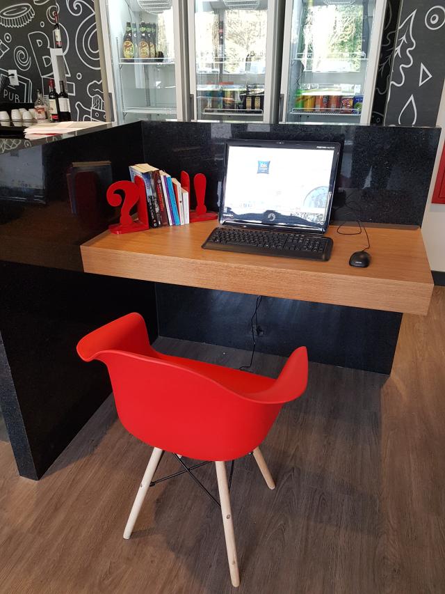 Computador disponível para os hóspedes no hotel ibis igrejinha