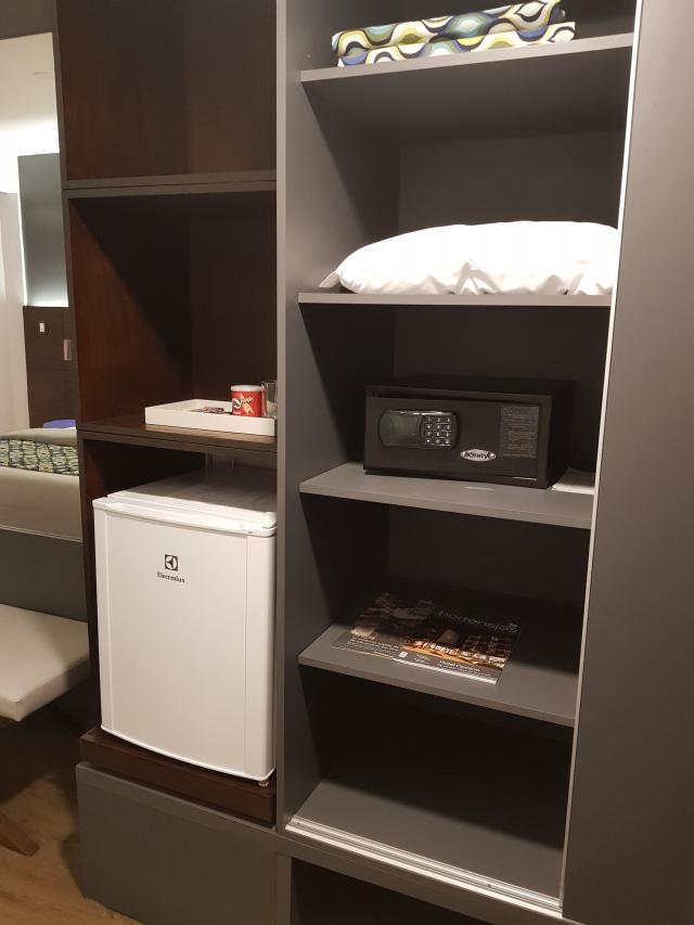 Hotel-Cercano-Gramado-Mini-bar-cofre-armario