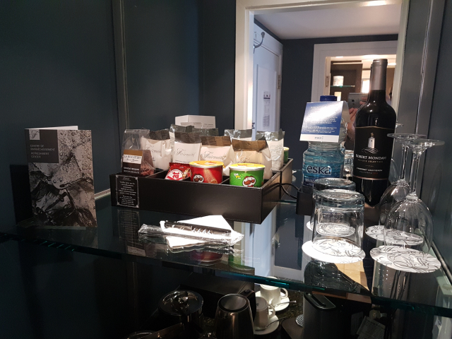 Hotel-Fairmont-Le-Reine-Elizabeth-Mini-Bar-snacks